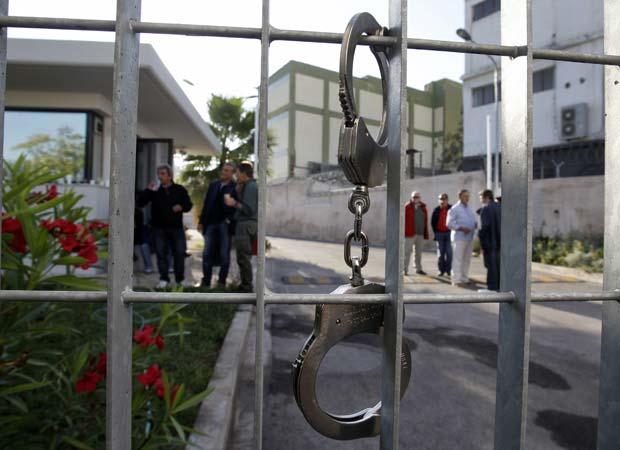 Manifestantes invadem prédio de empresa de energia em Atenas nesta quinta-feira (13) (Foto: Reuters)