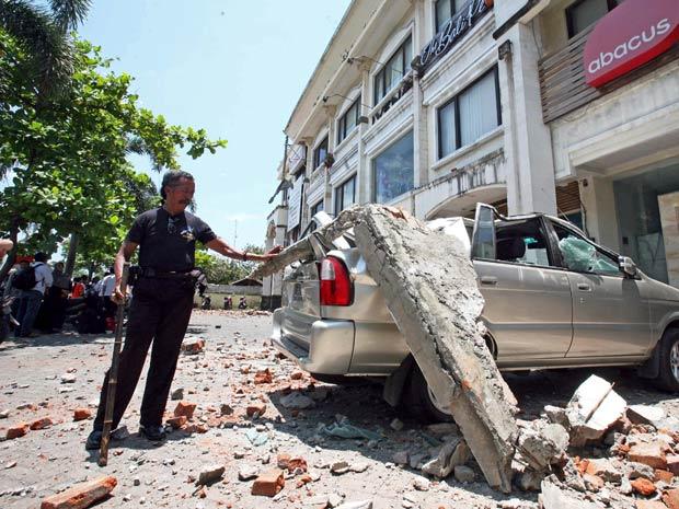 Grande pedaço de concreto cai sobre carro após forte terremoto atingir a Indonésia. (Foto: Firdia Lisnawati / AP Photo)