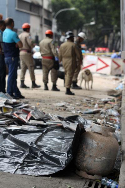 Botijão de gás é visto no local da explosão