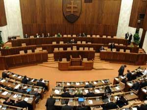 Parlamento da Eslováquia em sessão nesta quinta-feira (13), que aprovou a expansão do fundo de resgate europeu (Foto: AFP)