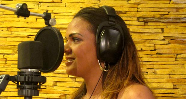 A  presidiária Danila Alves, de 25 anos, durante gravação nesta quinta-feira (13) de seu primeiro CD, em um estúdio na Asa Norte, em Brasília (Foto: Mariana Zoccoli/G1)
