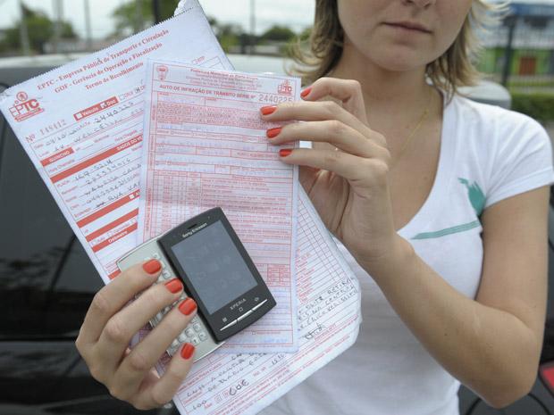 Estudante Wanessa da Silva, 25 anos, diz ter recebido mensagem de fiscal de trânsito em seu celular após fiscalização em Porto Alegre (Foto: Ronaldo Bernardi/Zero Hora/Ag.RBS)