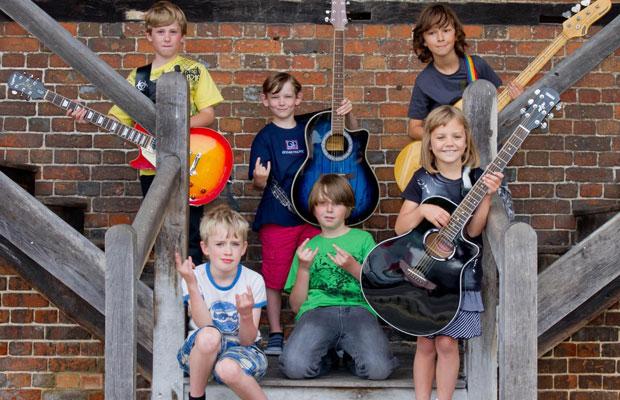 'Mini Band' foi formada há cerca de seis meses no Reino Unido (Foto: Arquivo Pessoal)
