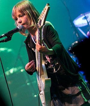 Guitarrista Zoe chama a atenção por ser a única menina no grupo (Foto: Reprodução)
