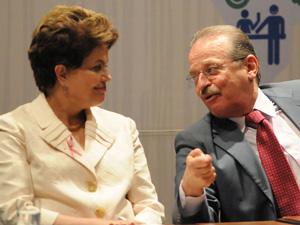 A presidente Dilma Rousseff e o governador do Rio Grande do Sul, Tarso Genro, em cerimônia do Plano Brasil sem Miséria, em Porto Alegre (Foto: Edu Andrade / Agência Estado+)