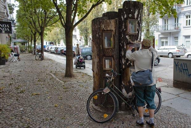 Árvore do livro fica na capital Berlim. (Foto: Markus Schreiber/AP)