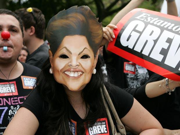 Bancários em greve fizeram protesto em frente à Assembleia Legislativa do Rio Grande do Sul, em Porto Alegre, nesta sexta (14), onde a presidente Dilma Rousseff participava de evento (Foto: Wesley Santos/AE)