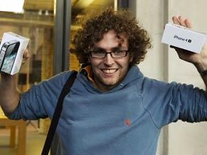O jovem Matthew Kelly comemora a compra de duas unidades do novo celular (Foto: Reuters)