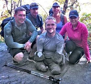 Kyle é visto ao centro com membros do projeto Mission Kilimanjaro (Foto: Divulgação)