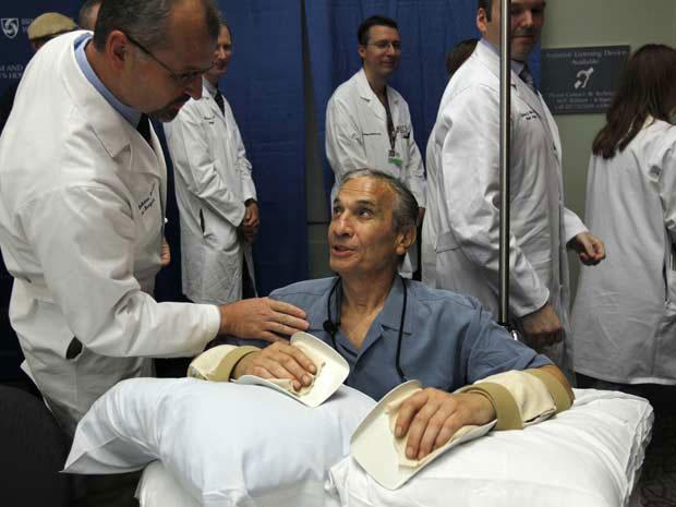 Richard Mangino após a cirurgia (Foto: AP Photo/Steven Senne)