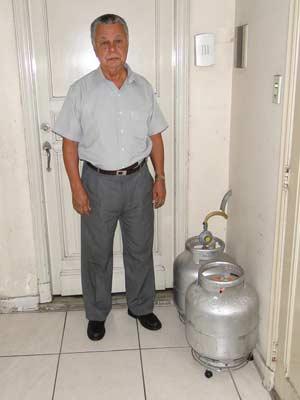 Figueiredo, em Minas Gerais, usa os botijões dentro do apartamento (Foto: Alex Araújo/G1)