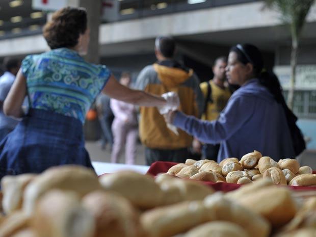 Para comemorar o Dia do Pão, celebrado no dia 16 de outubro, o Sindicato das Indústrias de Alimentação de Brasília (Siab) vai distribuir 35 mil pães até o fim da tarde desta sexta-feira (14) na Rodoviária do Plano Piloto. De acordo com a presidente do Siab, o dia foi criado como uma forma de conscientizar as pessoas sobre os problemas da fome e da miséria no mundo. (Foto: Marcello Casal Jr/ABr)