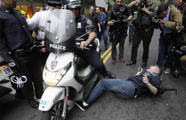 Manifestante caído durante confronto nesta sexta-feira (14) (Foto: AP)