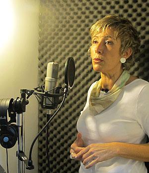 Regina tem um pequeno estúdio de áudio em casa, onde ela grava alguns trabalhos, como comerciais e vídeos institucionais. Mas ela conta que a voz do Google não foi gravada lá  (Foto: Laura Brentano/G1)