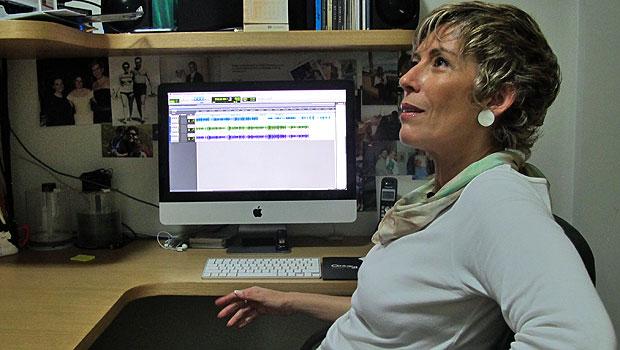 Na sua casa, Regina tem um escritório onde edita e guarda os seus trabalhos (Foto: Laura Brentano/G1)