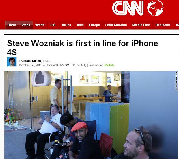 Steve Wozniak é o primeiro da fila pelo iPhone 4S em loja na Califórnia (Foto: Reprodução/CNN)