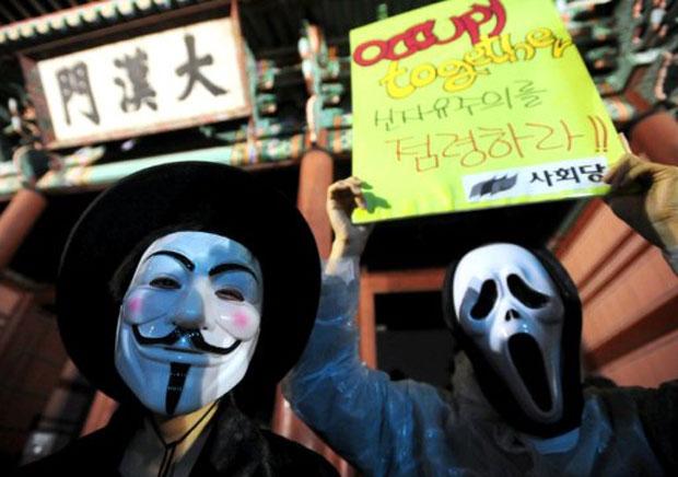 Manifestantes usam máscaras de Guy Fawkes, das histórias em quadrinhos e do filme 'V de Vingança' em protesto na Coreia do Sul (Foto: Park Ji-Hwan/AFP)