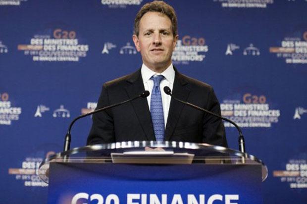 Timothy Geithner fala à imprensa no segundo dia de encontro do G20 em Paris (Foto: AFP)