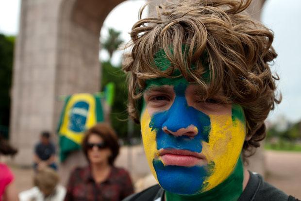 Pessoas também apoiaram os protestos do 'Ocupe Wall Street' na região central de Porto Alegre, no Rio Grande do Sul (Foto: Tárlis Schneider/Acurácia Fotojornalismo/AE)