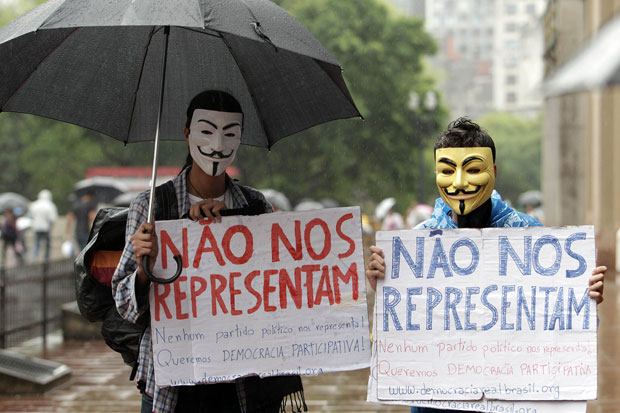 Mascarados do Anonymous também foram vistos no centro de São Paulo, em protesto no Largo do São Bento (Foto: Evelson de Freitas/AE)
