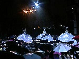 Bailarinas são observadas pelo público, que enfrentou chuva para conferir o espetáculo (Foto: Reprodução/TV Globo)