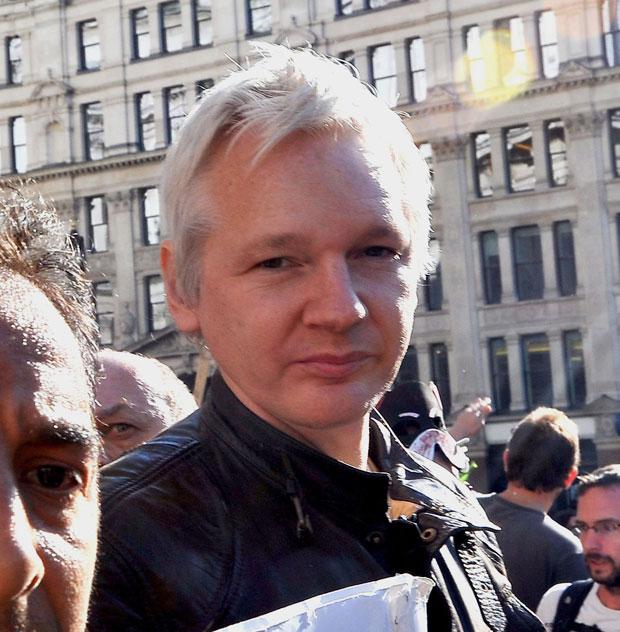 Assange em Londres (Foto: Ian Nicholson/AP)