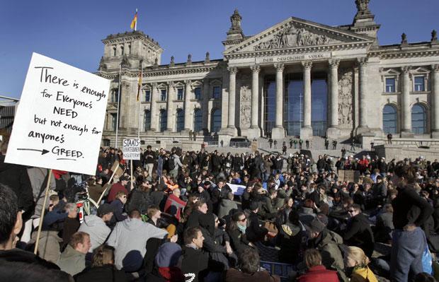 Multidão protesta em frente ao edifício Reichstag, em Berlim (Foto: AP)