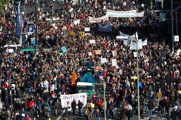 Multidão marcha em Frankfurt neste sábado (15) (Foto: AP)