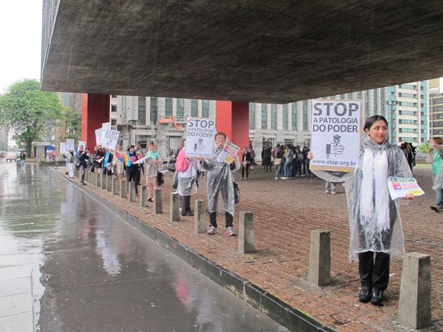 Membros do grupo 'Stop', que visa a conscientização sobre as causas psico-sociais da corrupção, ergueram cartazes e distribuíram panfletos a passantes. No panfleto distribuído, aparece uma mensagem endereçada ao Brasil e assinada por membros do 'Occupy Wall Street', de Nova York (Foto: Fábio Tito/G1)