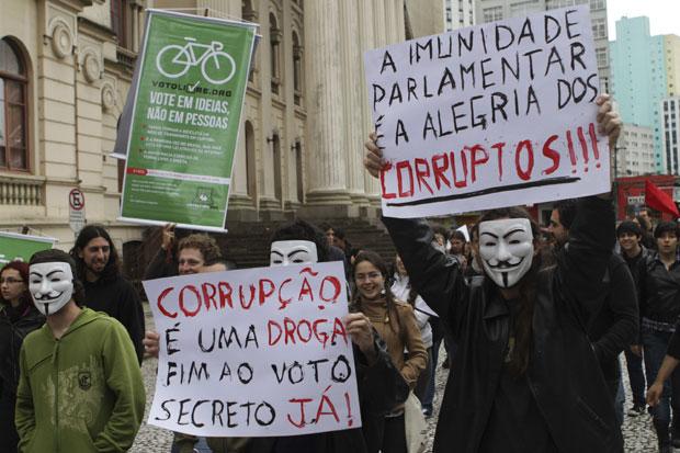 A manifestação em Curitiba começou na escadaria do prédio histórico da Universidade Federal do Paraná (UFPR), na Praça Santos Andrade, e seguiu pelas ruas da capital paranaense (Foto: Roberto Dziura Jr./News Free/AE)