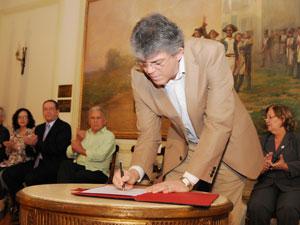 Ricardo Coutinho, governador da Paraíba, assina convênios com a UEPB  (Foto: Divulgação/Secom-PB)