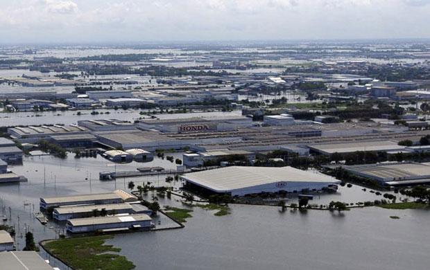 Enchente atingiu fábricas na Tailândia (Foto: AP)
