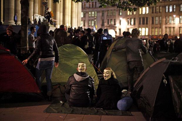 'Indignados' passaram a noite acampados na frente da catedral de St. Paul, em Londres (Foto: AFP)
