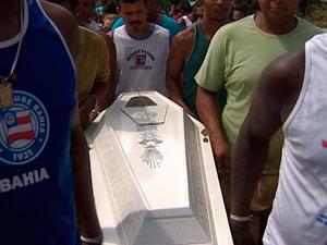 Vítimas de acidente com caminhão são enterradas em Itaparica (Foto: Reprodução/ TVBA)