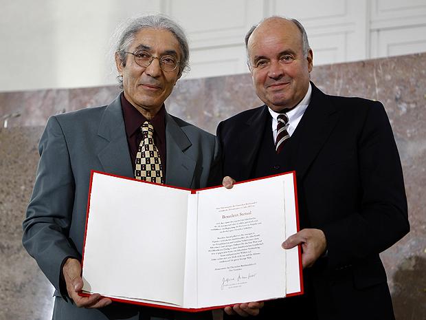 O escritor Boualem Sansal (à esquerda) recebe o the Peace Prize  (Foto: Reuters)