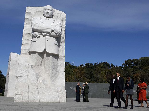 O presidente americano Barack Obama e a primeira-dama passeiam ao redor do monumento (Foto: Reuters)
