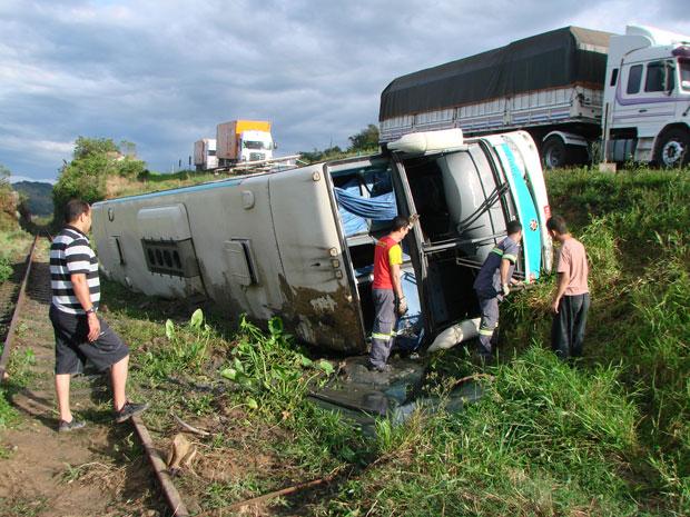 Ônibus tombou em Laguna e 25 passageiros, além do motorista ficaram feridos (Foto: Marcelo Becker/Agência RBS)