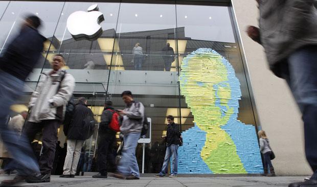 Funcionários de loja da Apple em Munique, na Alemanha, criaram uma imagem de Jobs com 4 mil post-its (Foto: Reuters)