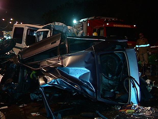 Motorista sem habilitação bate e deixa 5 mortos na BR-101, no ES (Foto: Reprodução/TV Gazeta)