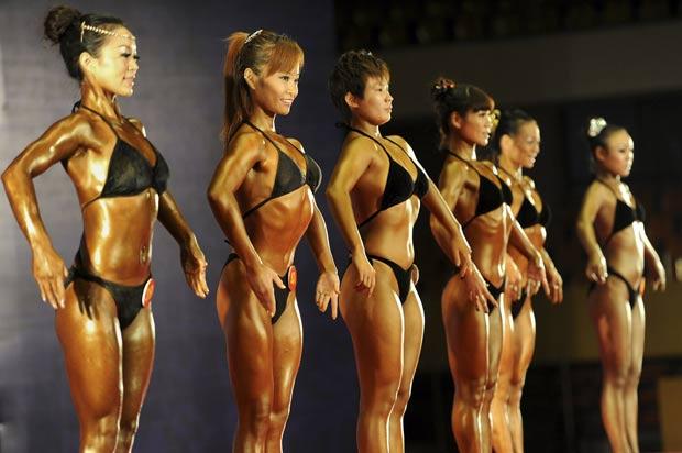 Chinesas durante competição nacional de fisiculturismo. (Foto: AP)
