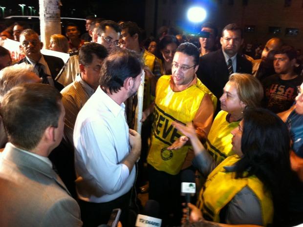 Governador Cid Gomes e o secretário de segurança pública do Ceará conversaram com policiais civis em greve após inauguração de delegacia nesta segunda-feira (17) (Foto: Elias Bruno/ G1)
