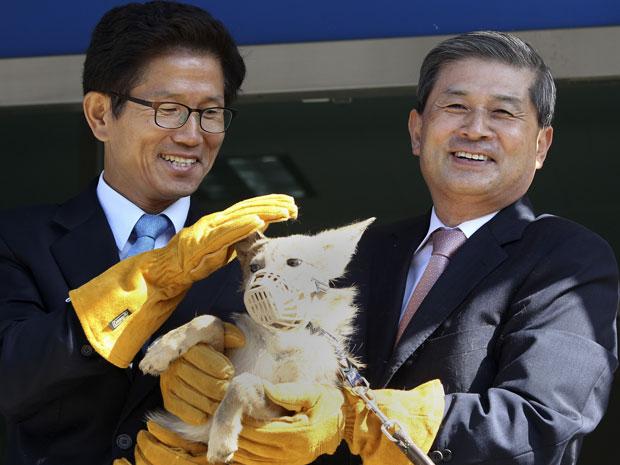 O cientista Hwang Woo-suk, à direita, apresenta um dos coiotes que diz ter clonado (Foto: Shin Young-keun/AP)