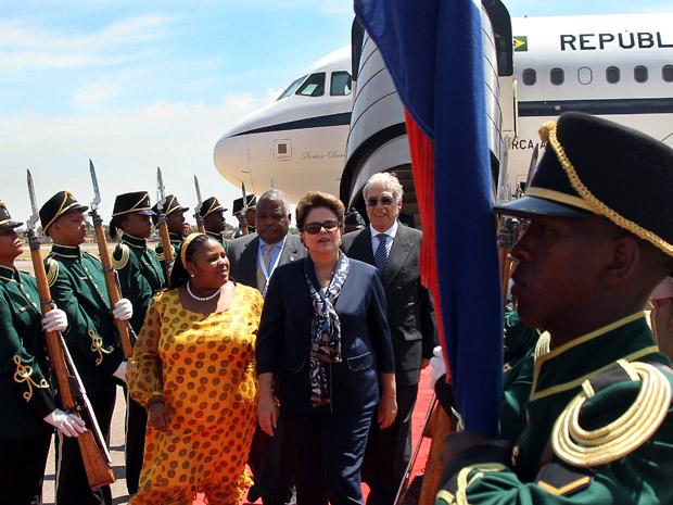 A presidente Dilma Rousseff na chegada à África do Sul nesta segunda-feira (17) (Foto: Roberto Stuckert Filho / Presidência)