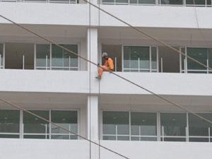 Operário é flagrado trabalhando sem equipamentos de segurança em João Pessoa (Foto: Walter Paparazzo/G1 PB)