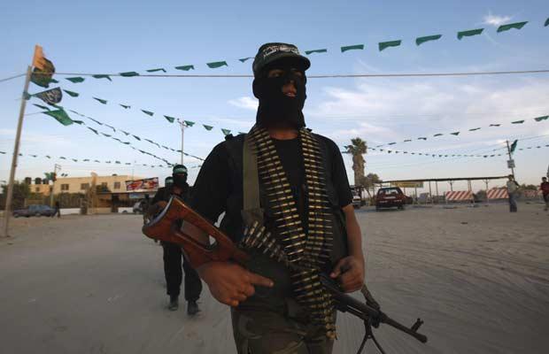 Militantes do Hamas montam guardam nesta segunda-feira (17) a passagem de Rafah, pela qual os prisioneiros palestinos devem ser libertados na troca com Israel (Foto: Reuters)