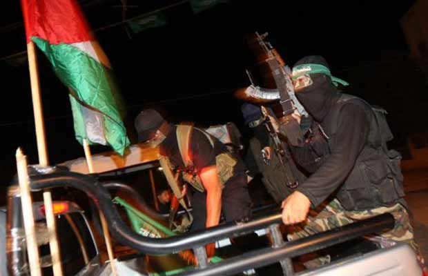 Militantes do Hamas patrulha em Khan Younis, no sul da Faixa de Gaza, na noite desta segunda-feira (17) (Foto: AFP)