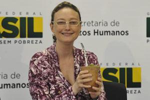 A ministra Maria do Rosário durante reunião nesta segunda-feira (18) (Foto: Agência Brasil)
