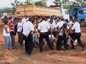 Seguranças usam arma de choque para controlar conflito em Brasília (Foto: Reprodução/TV Globo)