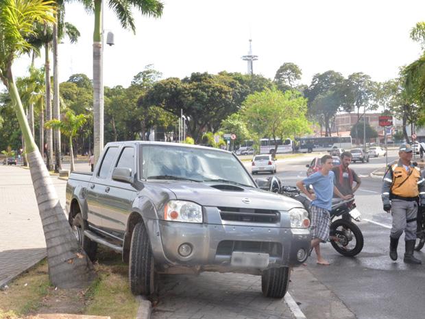 Motorista sobra na curva e invade canteiro em João Pessoa  (Foto: Walter Paparazzo/G1)