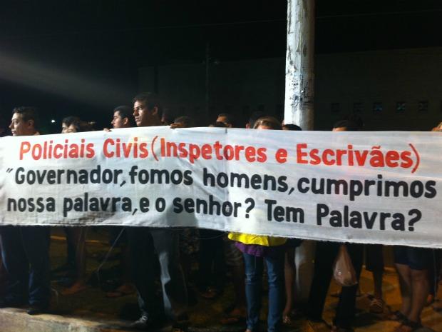 Grevistas não se manifestaram durante discurso do governador, mas permaneceram com uma faixa de protesto levantada (Foto: Elias Bruno/ G1)